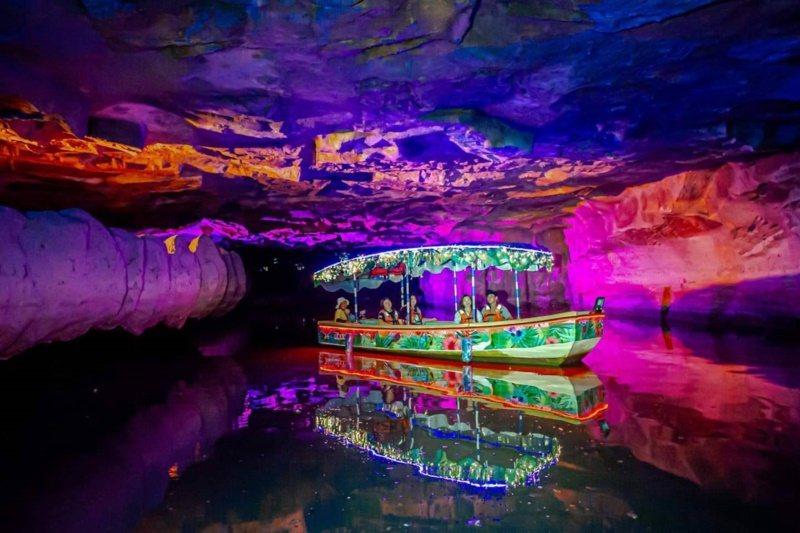 宜蘭今夏最夯就是夜航冬山河生態綠舟,聆聽船老大解說,穿越一條彷如異國奇景的「神秘...