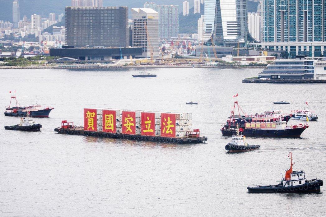 2020年7月1日,香港主權移交23周年。香港維多利亞港上漂泊著「賀國安立法」大...