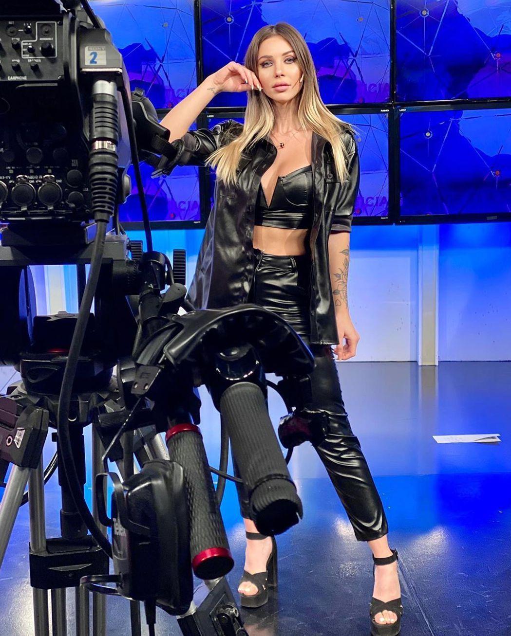 羅米娜播報新聞的穿著相當火辣。圖/擷自instagram。