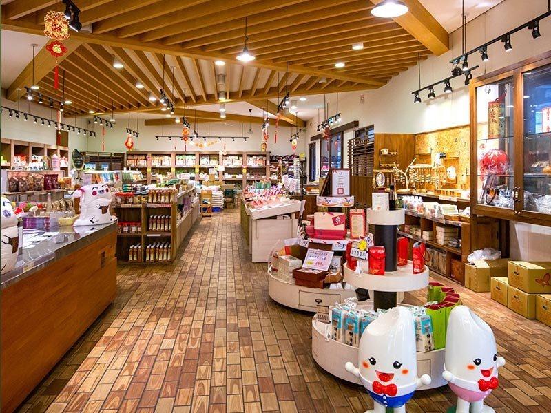 「金色豐收館」是結合精緻碾米加工與稻米教育的觀光工廠,透過導覽解說,讓遊客更了解...
