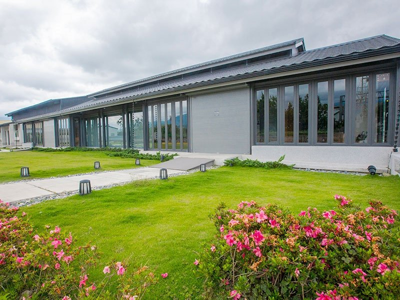 池上「穀倉藝術館」是台灣第一座由穀倉改建的藝術館,是藝術家們的交流平台及展示創作...