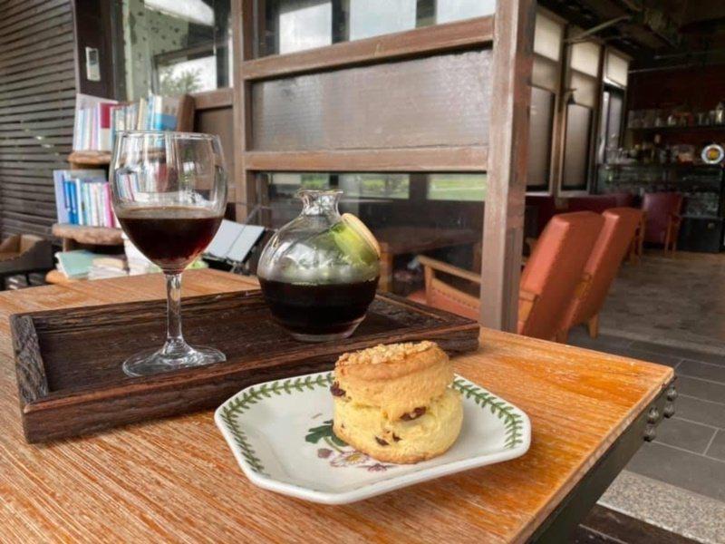 「池上9號咖啡館」老闆手工烘焙的咖啡,搭配真材實料的手工甜點,令人回味無窮。 圖...