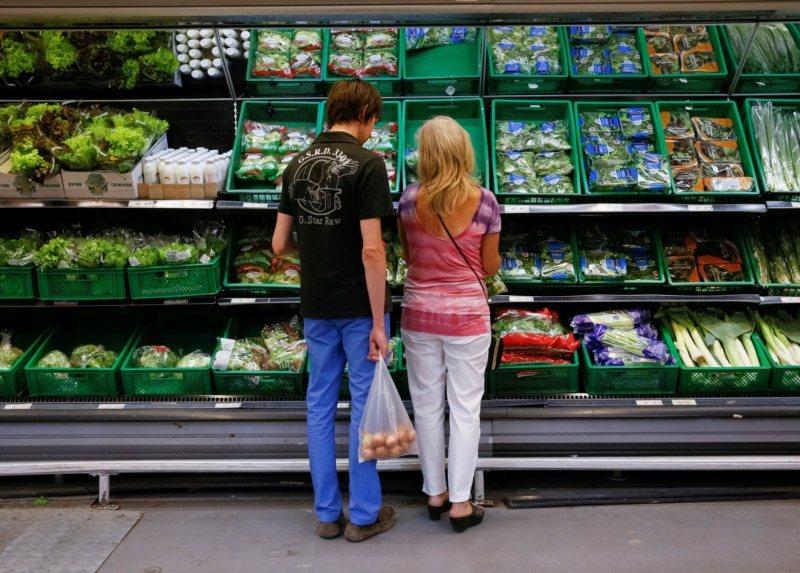 一對男女在一間商店採買蔬果。加拿大專家建議,夏季可多吃西瓜等當季蔬果,避開高糖與...
