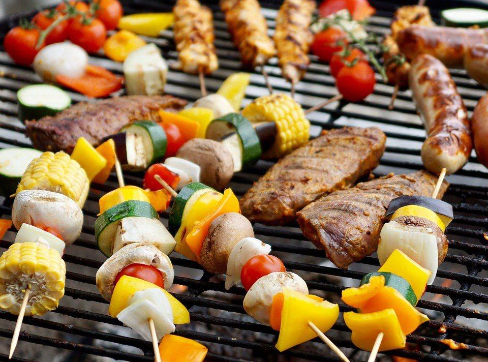 烤肉串的食材,除了雞肉、牛肉、鮭魚、蝦、豆腐,還可以串上一些蔬菜,像是洋蔥、小番...