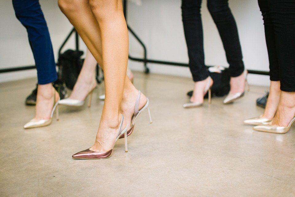 要避免雞眼找上門,應避免選擇尖頭鞋、高跟鞋,改選底部較柔軟、足底壓力較低的鞋款。...