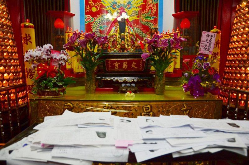 許多考生在考前都會帶准考證到文昌君廟,祈求考試順利。 聯合報系資料照/記者廖雅欣攝影