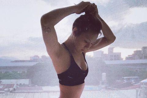 與格鬥選手黃育仁結婚的女星劉雨柔,偶爾也會和老公鍛鍊,練出一健美好身材,而她昨(6月30日)在Instagram分享日常生活照,寫道:「其實一個人在家,安安靜靜的做自己喜歡的事情,就覺得很滿足。」原...