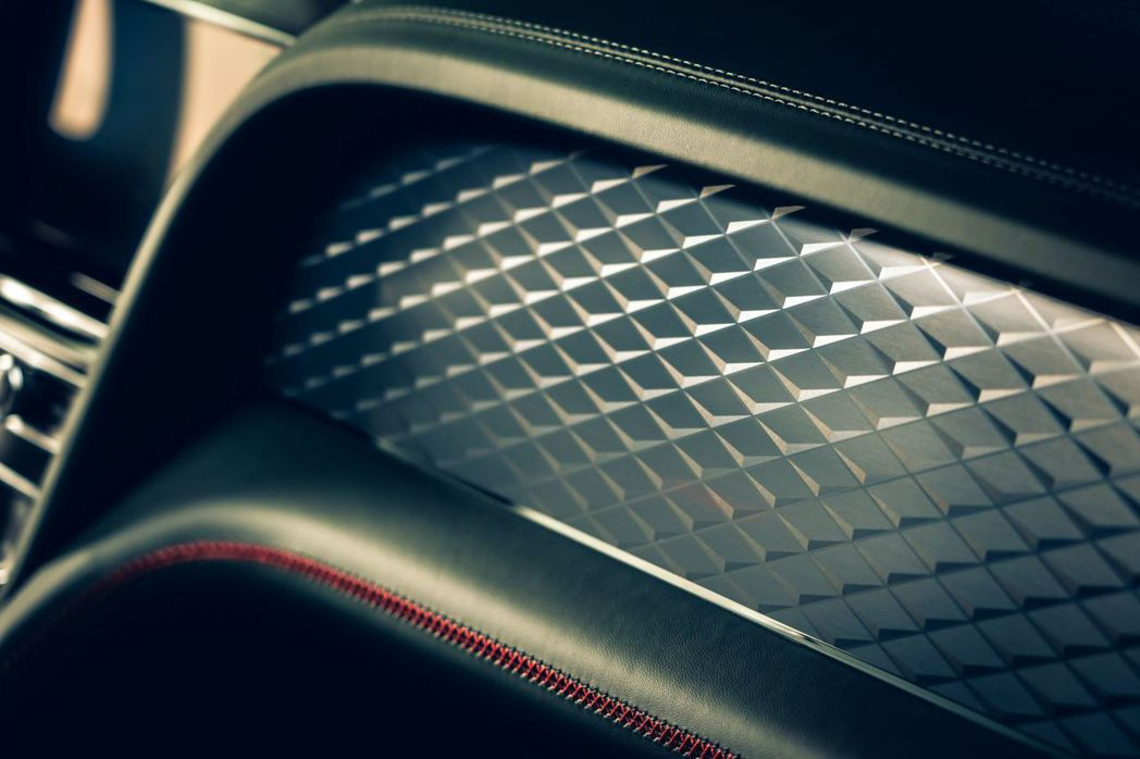 Bentley首次採用鑽石紋磨砂鋁質飾板。 摘自Bentley
