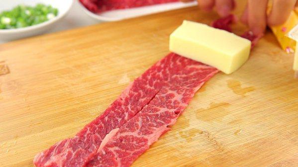 胡麻菇菇肉片捲:牛肉和雞蛋豆腐一起捲。 圖/幸福文化提供