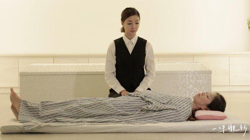 許伊妃是台灣第一位得到日本官方認證的禮儀師。 圖/《一件襯衫》授權提供