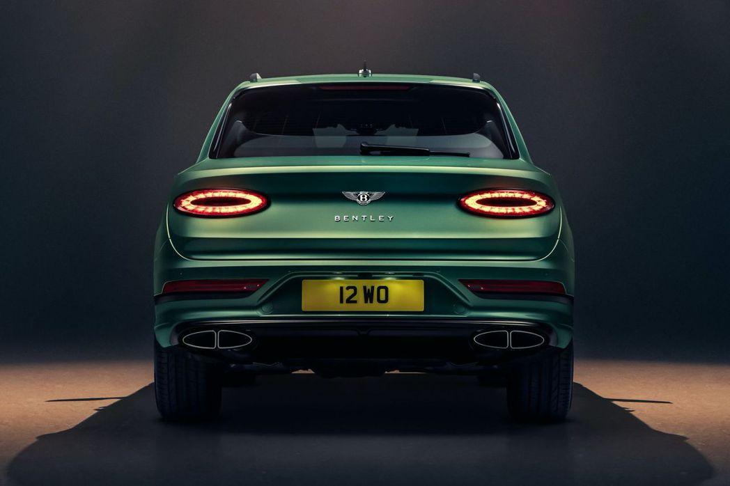 將原本方形的尾燈改為與Continental GT相同的橢圓形狀,並將牌照位置下...
