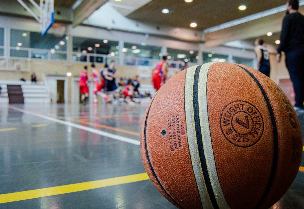喜歡打籃球的人多半具有強烈的團隊精神,他們熱衷的不只是運動本身,而是參與球隊所得...