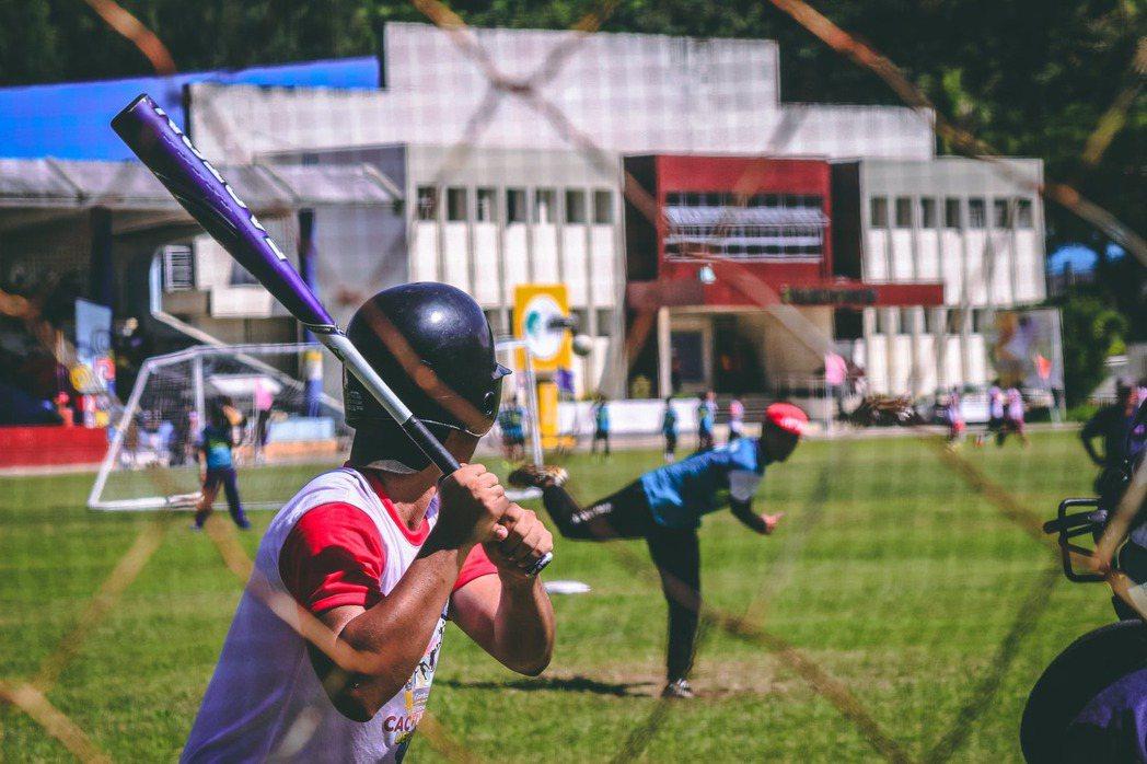 棒球選手的訓練過程複雜而漫長,還有練球要帶的裝備亦沉重而龐大,養成他們大小事情一...