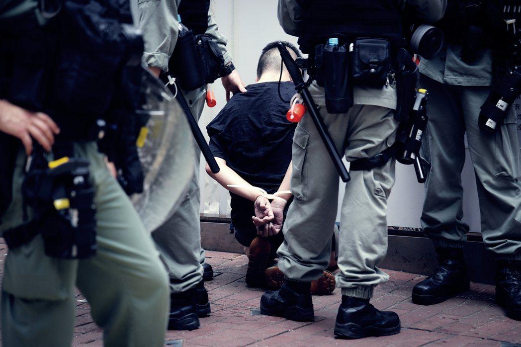 在銅鑼灣一帶遭港警逮捕的示威者。 圖/美聯社