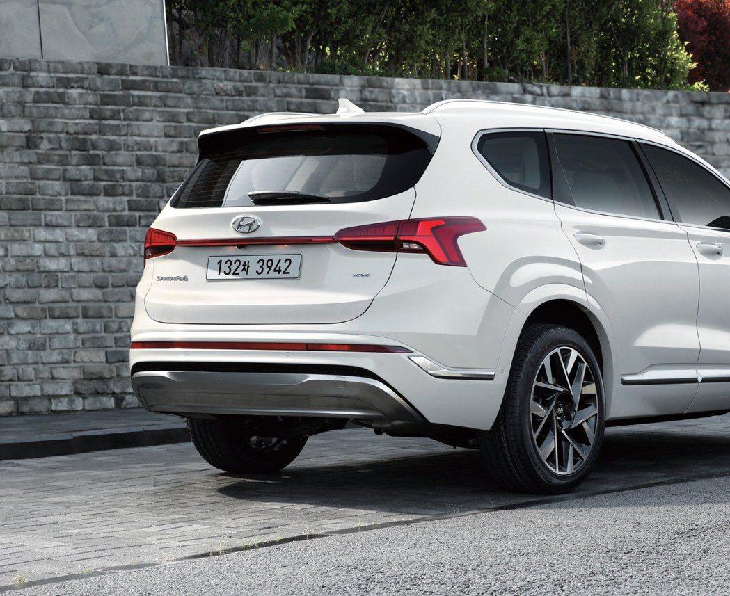 小改款Hyundai Santa Fe車尾改搭配一體成型的H型尾燈。 摘自Hyu...