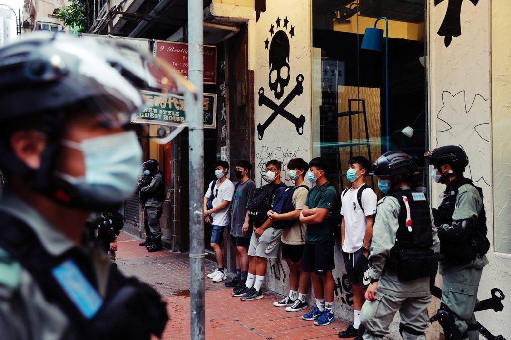 七一遊行中遭警方攔截的民眾。 圖/路透社