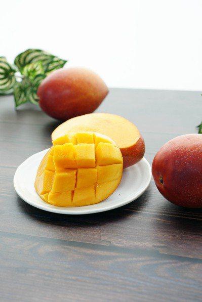 熟透的愛文芒果,散發金黃光芒,切成格狀方便入口。 圖/蕭涵提供