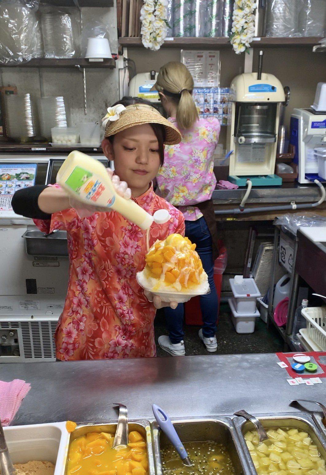 濃濃沖繩風情的花襯衫店員,淋著甜滋滋的煉乳,是恩納之驛休憩市場的美麗風景。 圖/...