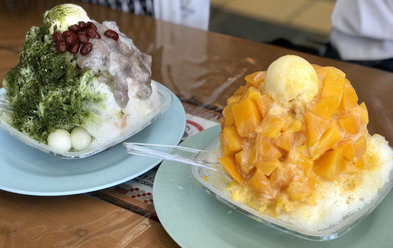 (左)抹茶芋泥冰,甜中帶點微苦,餡料滿到溢出來。(右)特色芒果冰,甜味香氣都滿分...