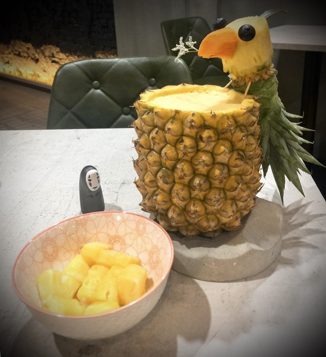 某次採訪中隨手拍下的造型鳳梨果汁,一飲而盡的快感真的好消暑。 圖/蕭涵攝影