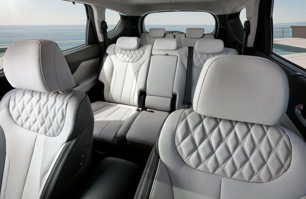 小改款Hyundai Santa Fe可選擇5+2的七人座配置。 摘自Hyund...
