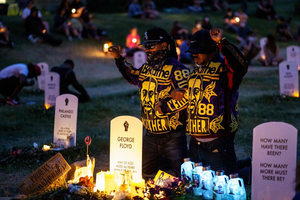民眾在悼念佛洛伊德的燭光晚會中屏息8分46秒,正是他遭警察壓頸的時間。 圖/法新社