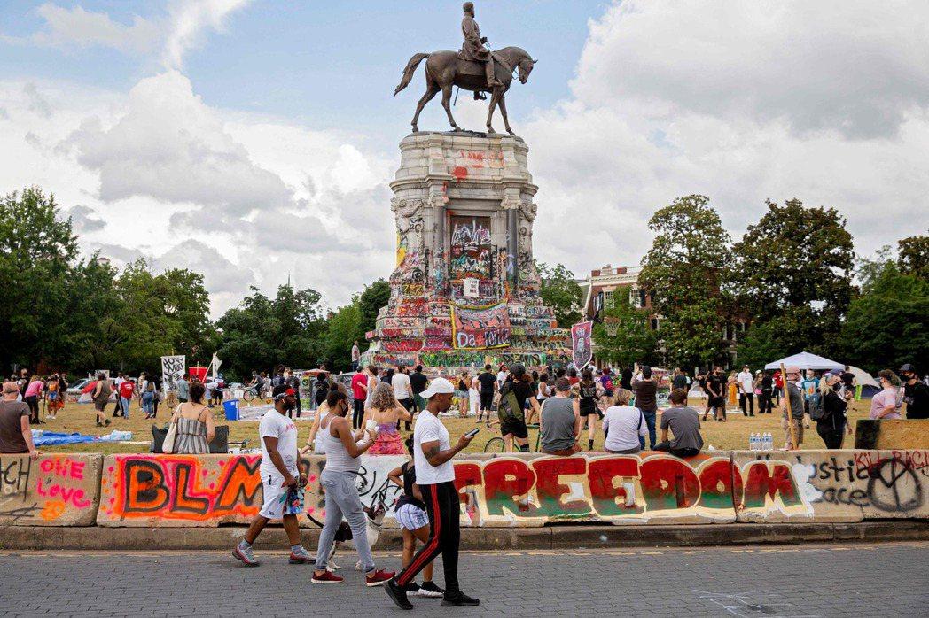 示威民眾在李將軍的雕像上塗鴉,維吉尼亞州政府日前已宣布將拆除雕像。 圖/法新社