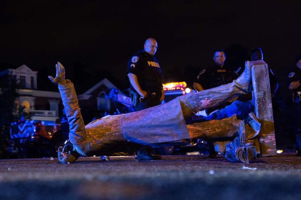 被拉倒的傑佛遜・戴維斯雕像。6月10日攝於維吉尼亞州。 圖/法新社
