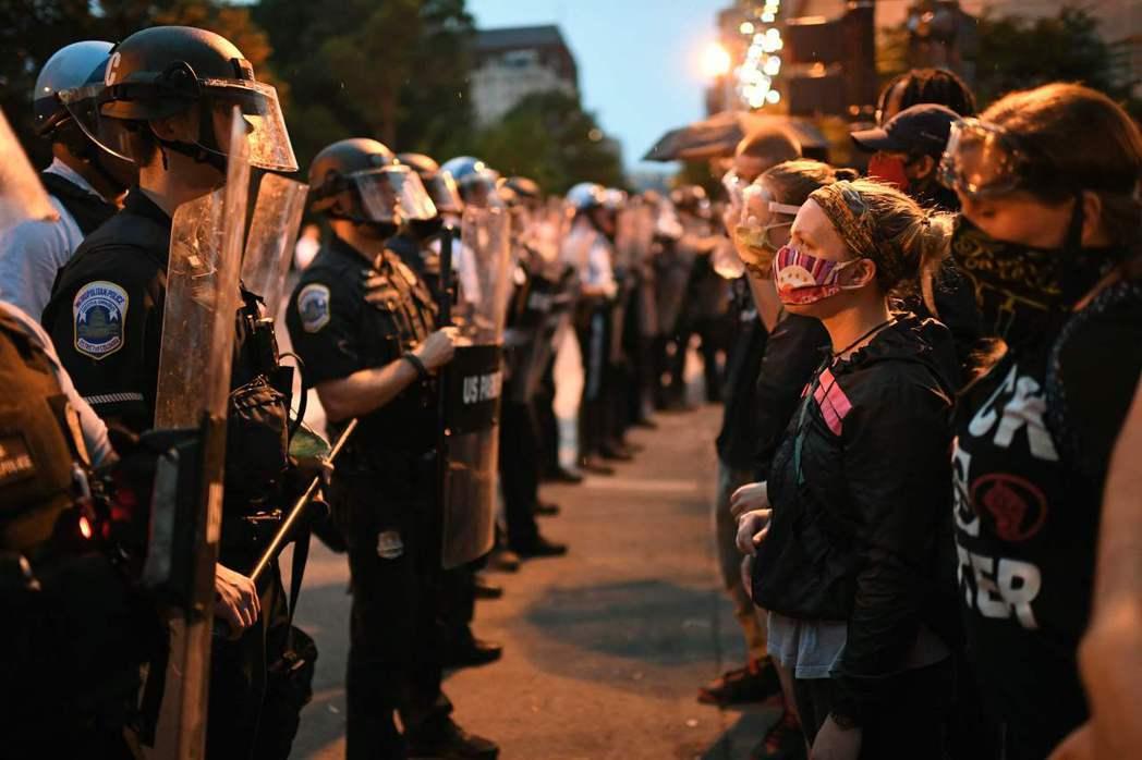 示威民眾在白宮前與警方對峙。 圖/法新社