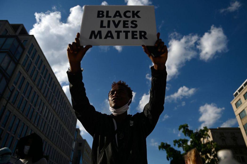 BLM運動已經演變成對歐裔美國性的重新思考,也是對美國資本主義社會的檢討。 圖/法新社