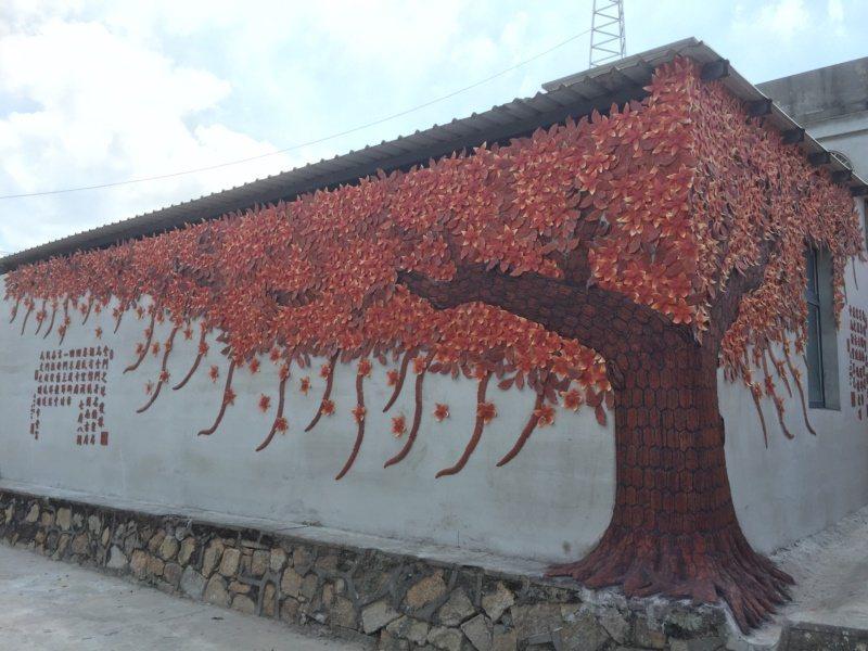 瓊林聚落還有一個熱門的景點,就是金門藝術家吳鼎信打造的一面窯燒紅磚樹牆,這面牆完...