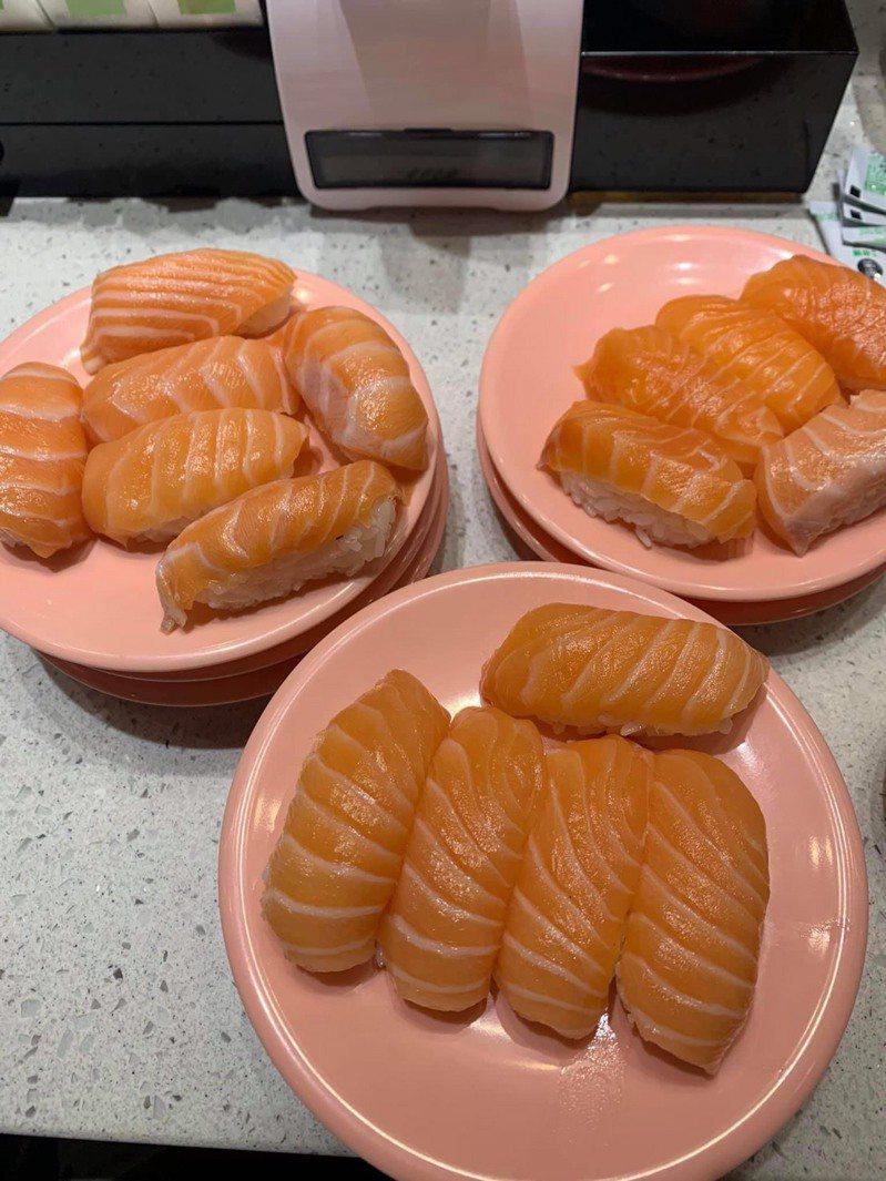 網友吃迴轉壽司一次狂拿10盤鮭魚,被隔壁女客偷酸「不懂吃」。圖擷自爆怨公社