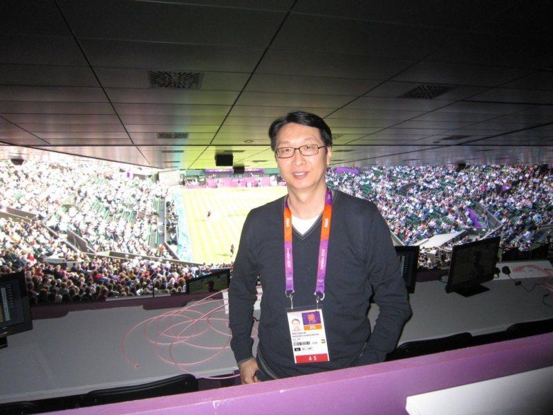 二○一二年倫敦奧運,劉善群造訪網球場全英俱樂部。 圖/劉善群提供