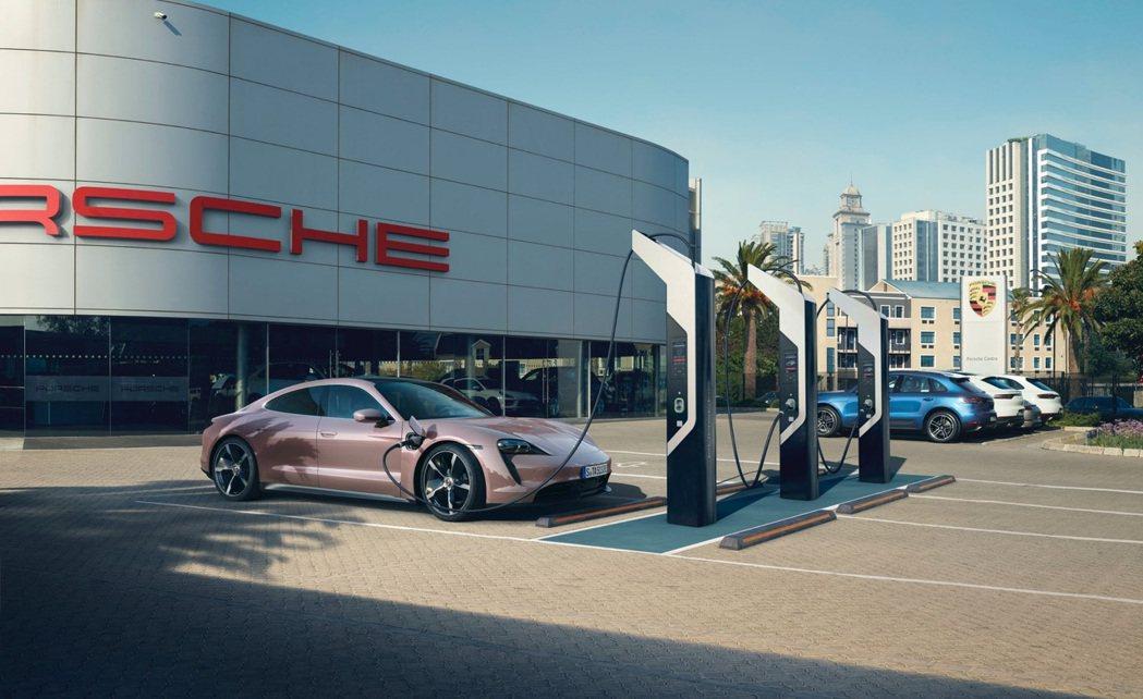 用DC快速充電器,能在30分鐘內恢復80%的電量。 摘自Porsche