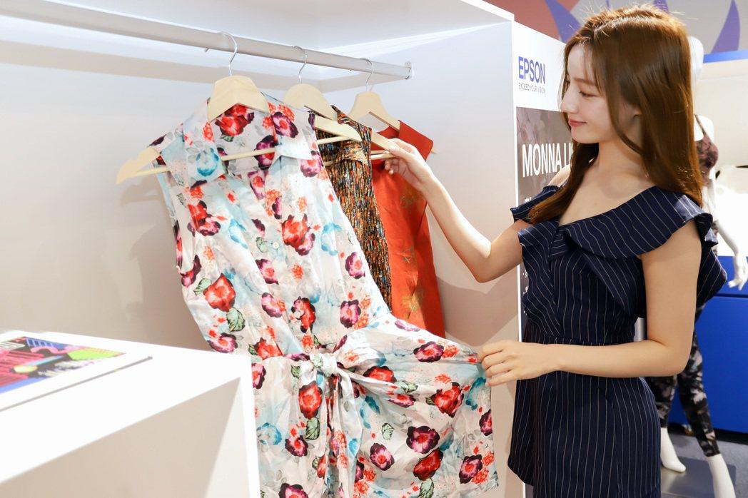 產業印刷方案專區中另展示採用多樣材質服飾印花。 彭子豪/攝影