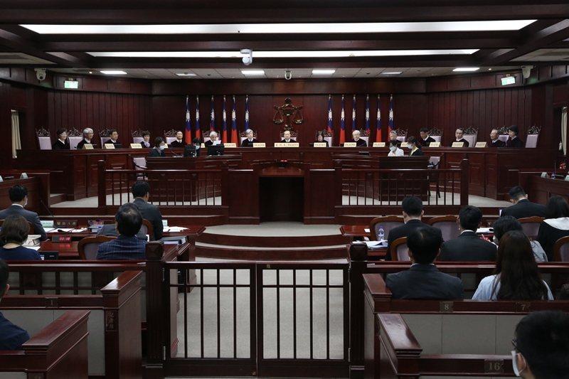 大法官要審理法律有沒有牴觸憲法,依現行規定,要有大法官現有總額2/3出席,出席人2/3同意,才能通過。 圖/聯合報系資料照