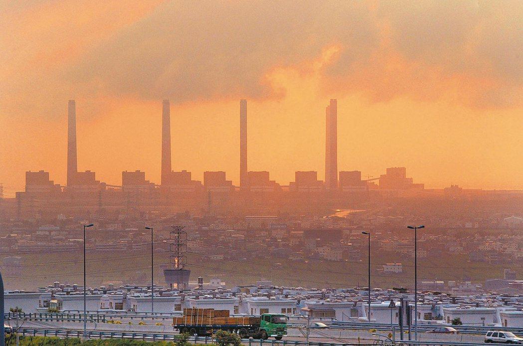 有研究指出,改善台中巿的交通汙染,比改善台中火力發電廠的汙染對於台中巿PM2.5的改善更有效。 圖/聯合報系資料照