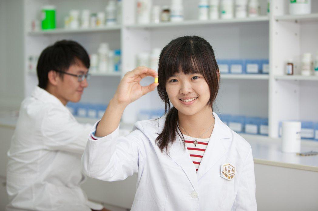 嘉藥培育許多優秀藥師在醫藥領域備受好評。 嘉藥/提供