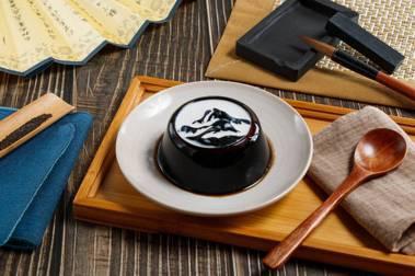 今夏最強聯名!故宮X黑丸仙草推絕美甜點,「墨戲仙草」創意來自23歲台藝大學生