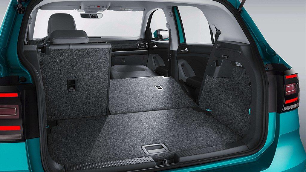 福斯T-Cross跨界休旅具備385至455L的行李廂空間,透過座椅打平可一舉擴...