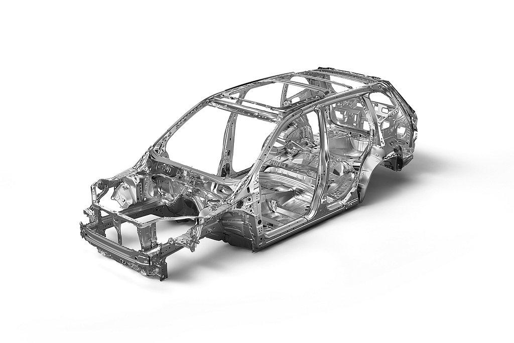 車體結構上Forester透過鳥籠結構的高剛性環艙強化鋼樑車體的佈局,搭配車側防...