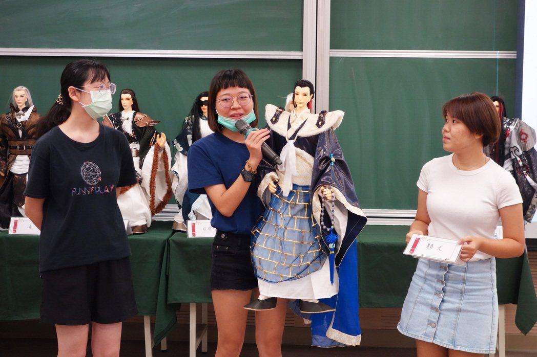 北科大工設系學生葉紫彤(中)等人說明團隊自創戲偶的設計理念。 北科大/提供