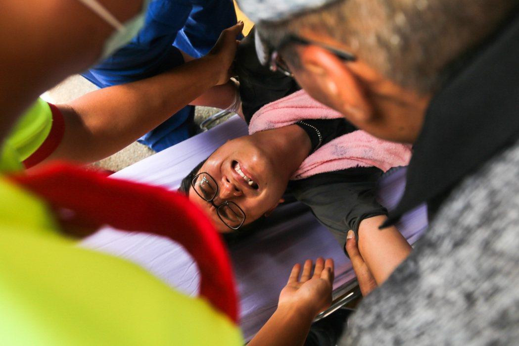 6月30日,台中市議員羅廷瑋不滿中火重啟二號機,在現場絕食抗議48小時後遭送醫治療。 圖/聯合報系資料照
