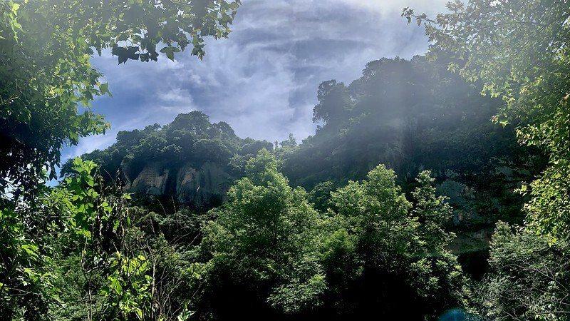 豹山嶺上透壁光,獅山躍進象山脊。平台上細看對面山頭巨岩即「豹山之脊」,對照解說牌圖文,其岩層由上而下,可區分為厚層塊狀砂岩、頁岩及砂岩三層。