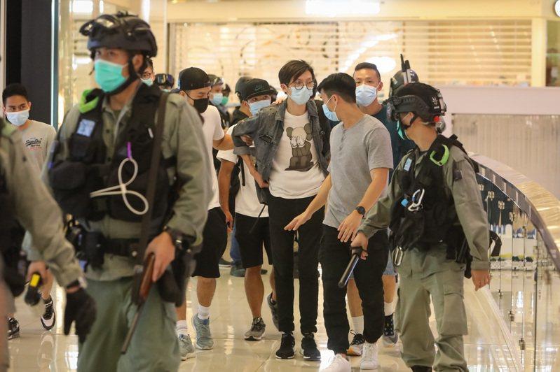 6月30日晚,示威者在香港觀塘apm商場集會抗議港版國安法,警察進場拘捕多人。(中通社)