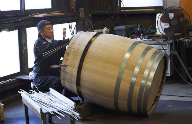 職人會在木條縫隙處填補寬葉香蒲,以防止木桶熱脹冷縮造成漏水。攝影/徐博宇