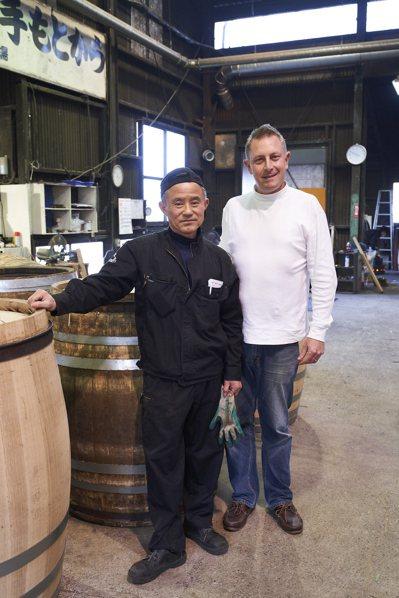 獨立製酒人歐利文(右)與工匠永友範博。攝影/徐博宇