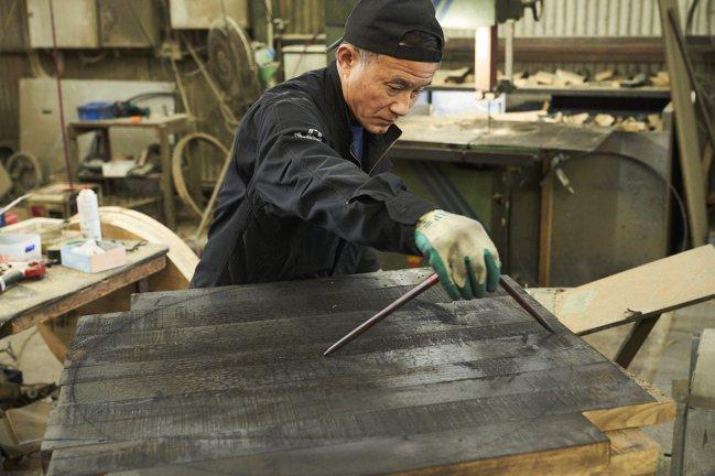 有25年製桶經驗的工匠永友博範。攝影/徐博宇