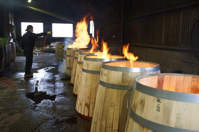 透過炙與烤不僅能賦予風味,還可以增加木桶的吸收力。攝影/徐博宇