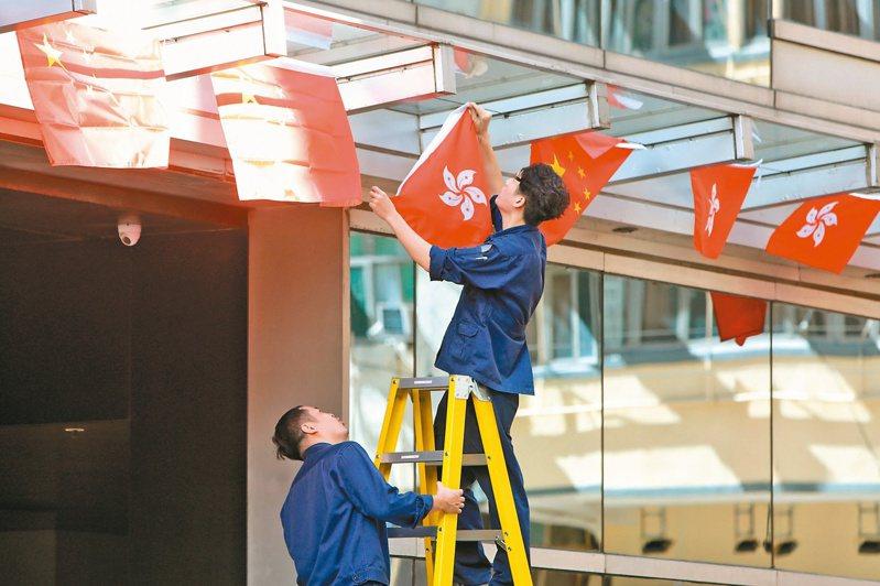 香港慶祝回歸廿三周年,有酒店掛滿國旗和區旗。(中通社)